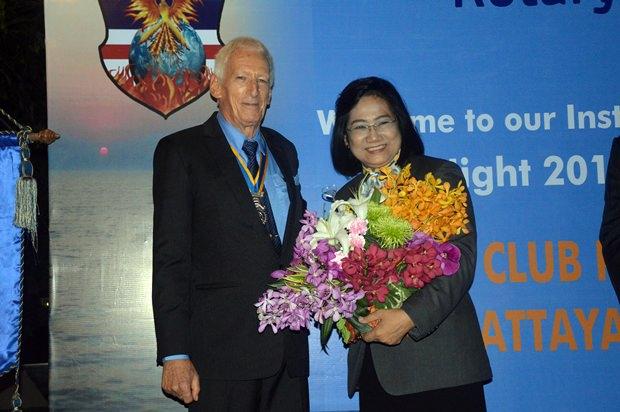 Onanong Siripornmanut erhält zum Geburtstag Blumen von präsident Peter Schlegel.