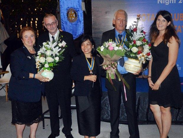 Peter Schlegel (2. von rechts) erhält Glückwünsche von (von links) Dzenana Popin, Dieter Barth, Nachlada Nammontree und Hannah Heichen.