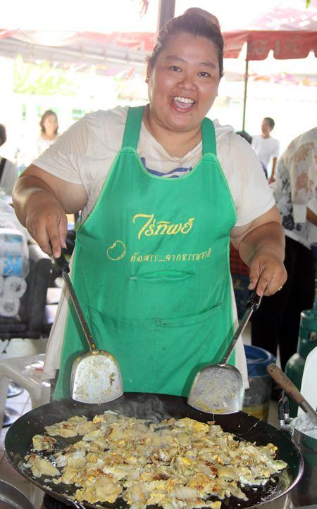 Lokale Essenshändler bereiten Nahrung zu.