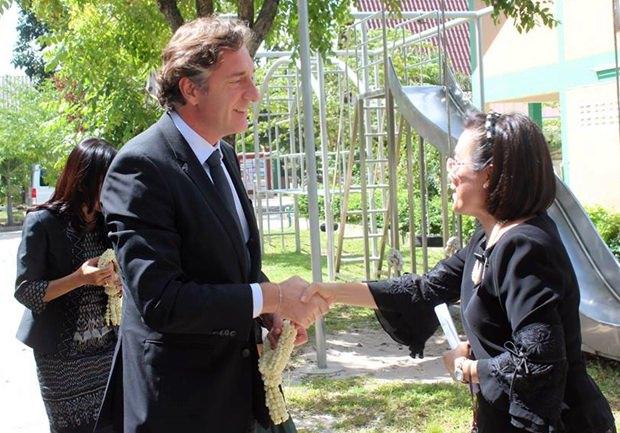 Botschafter Enno Drofenik wird von HHNFT Direktorin Radchada Chomjinda begrüßt.