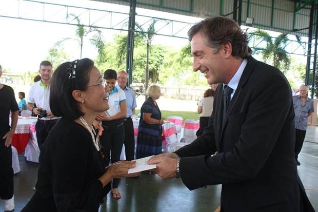 Geschenke werden werde zwischen dem Botschafterpaar und Radchada ausgetauscht.