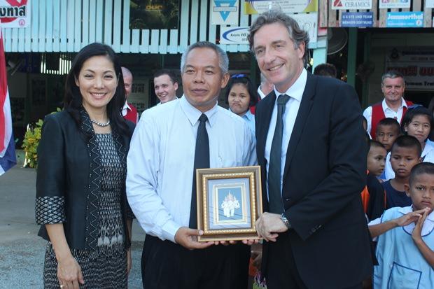 ATCC Direktor Palisorn Noja übergibt dem Botschafter ein Abschiedsgeschenk.