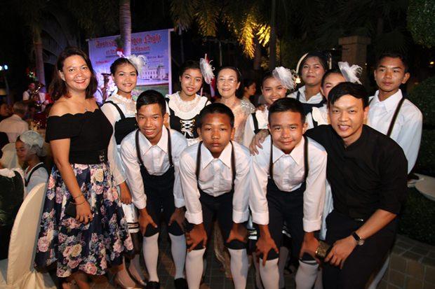 Die jungen Bandltanz-Tänzer mit ihren Betreuern.