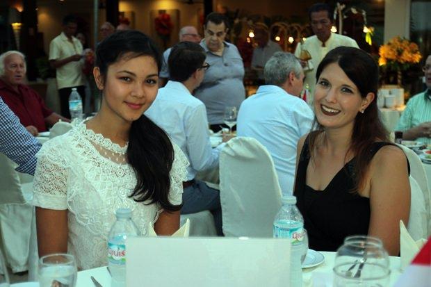 Die beiden hübschen HHNFT Volontäre Vanessa (links) und Hannah.