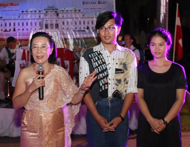 Radchada Chomjinda (links) bedankt sich bei allen Gästen für den kauf von Losen und stellt die neuen Choreographen des Orphange vor.