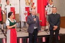 Der Generalkonsul der österreichischen Botschaft, Gerhard Götz, richtet einige Worte zur Begrüßung an die Gäste. Links neben ihm die Moderatorin des Abends, Eva Köck und rechts von ihm der Präsident der TAS, Gottfried Auer.