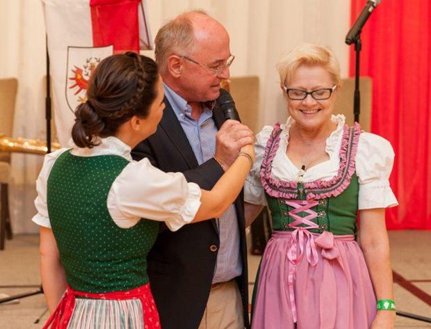 Johanna Vänskä (rechts) wird von Erich Erber gekrönt und von Eva Köck interviewed.