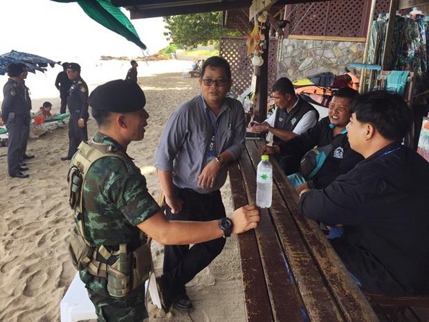 Armeeangehörige besichtigen die illegalen Bauten hinter dem Asia Hotel. Pattaya.