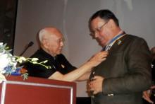 Gründungspräsident Werner Kubesch wird vom ehemaligen RI Päsidenten Bhichai Rattakul ins Amt gesetzt.