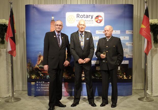 Der Präsident des ersten deutschsprachigen Rotary Clubs in Asien RC Phönix, Peter Schlegel (Mitte), Sekretär Dieter Barth (links) und Vizepräsident Jürgen Schlag (rechts) kamen ebenfalls zur Feier.