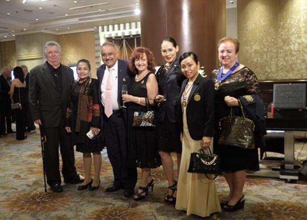 …und auch der Rotary Club Jomtien Pattaya war mit (von rechts) IPP Dzenana Popin, Präsidentin Nachlada Nammontree, Sekretärin Jana,Elfi Seitz von Pattaya Blatt, PDG Peter Malhotra und zwei weitern Gästen aus Bangkok vertreten.