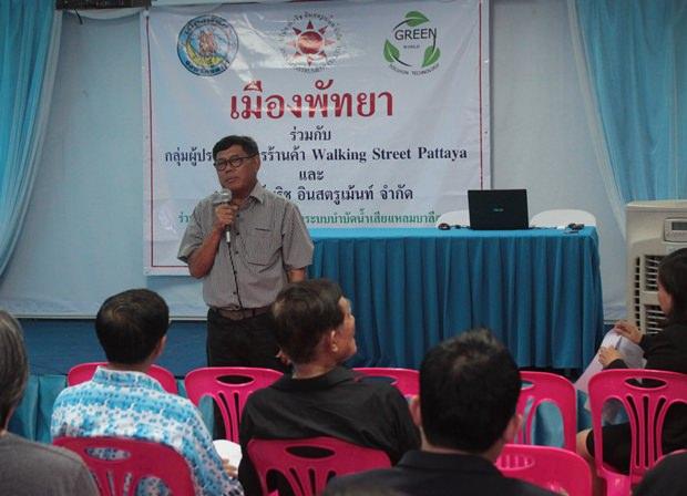 Wirath Jirasripraitoon, der Direktor der Sanitätsabteilung legt den 101 Geschäftsleuten einen Projektplan vor.