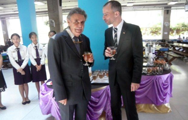 Axel Brauer (links) und Jan Scheer genießen ein Glas Fruchtsaft.