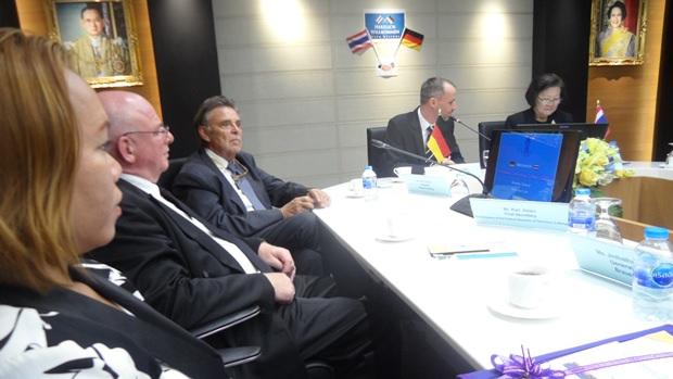 (Von links) Jinthatai Bo Songkram, Karl Adam, Axel Brauer, Jan Scheer und Präsidentin Dr. Kunying Sumonta Promboon im Sitzungssaal nach der Verkündung von Axel Brauer, dass er die Sponsorship auf insgesamt 5 Jahre ausweitet.