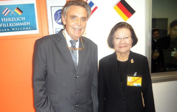 Die Präsidentin der Chitralada Schule, Dr. Kunying Sumonta Promboon unterhält sich mich Axel Brauer (links).