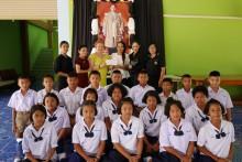 Natchlada Nammontree, Dzenana Popin und Mitglieder des Rotary Club Jomtien Pattaya bei der Übergabe.