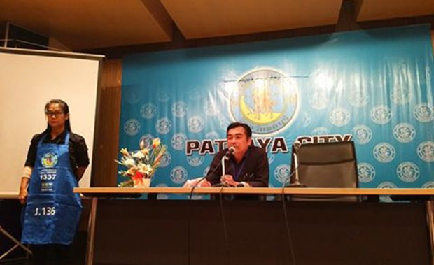 Wasinpat Chimtin, der Leiter der Umwelt- und Sanitärabteilung Pattayas, erklärt den Strandbetreibern um was es geht.