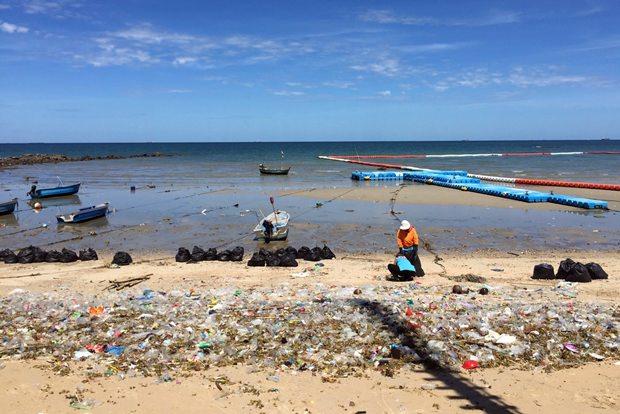 Stadtarbeiter versuchen den Wongamat Strand so schnell wie möglich vom Unrat zu säubern.