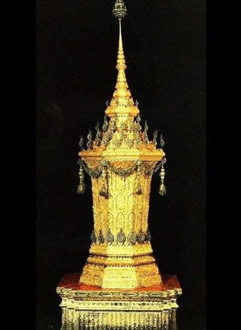 Die exquisite Urne aus duftendem Mai Chan Hom Holz.