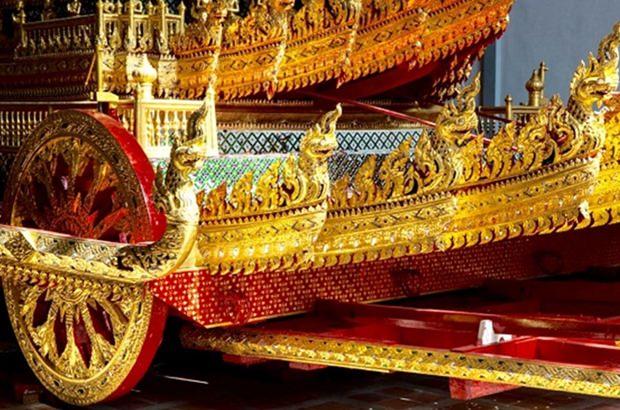 Der große goldene Begräbniswagen.