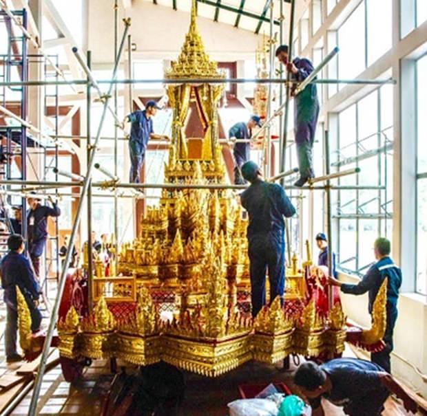 Künstler legen letzte Hand an um den Begräbniswagen zu restaurieren.
