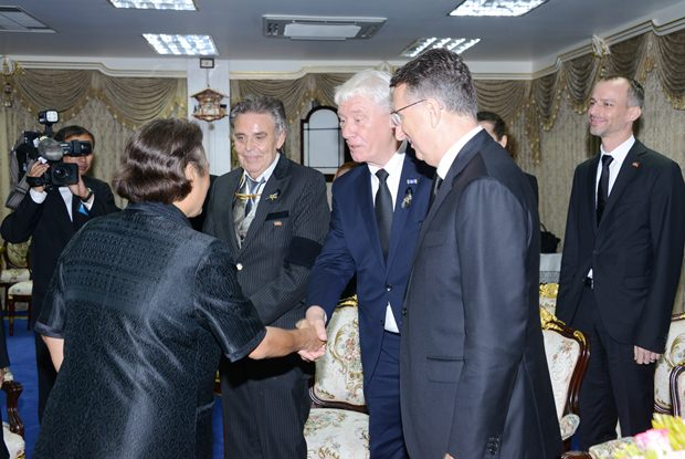 Genauso herzlich wie die Begrüßung war fällt auch die Verabschiedung aus. (Von links) IKH Prinzessin Sirindhorn, Axel Brauer, Jürgen Koppelin und Botschafter Peter Prügel.