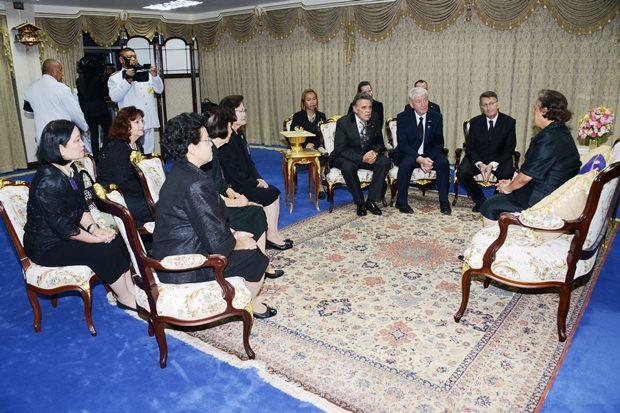 Ihre Königliche Hoheit Prinzessin Sirindhorn im Gespräch mit ihren Gästen.