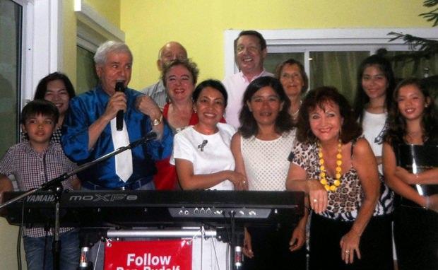 Einige Rotarier und Gäste scharen sich um Paolo (links) und dessen Gattin Ket (erste Reihe 2. on rechts).