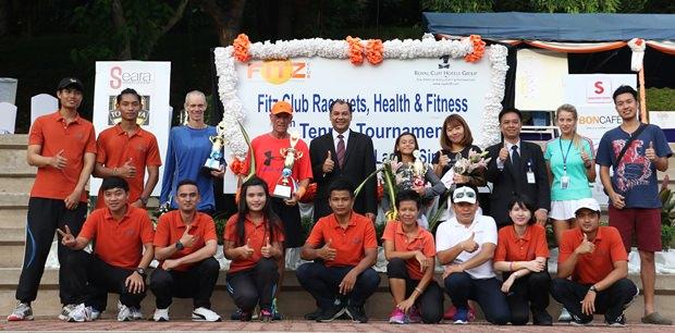 Gruppenfoto aller Teilnehmer und Sponsoren.