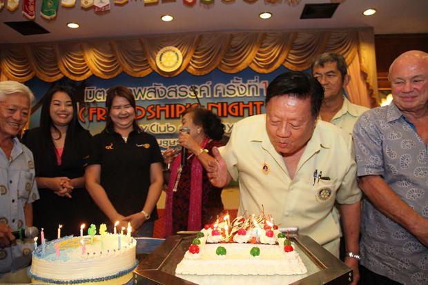 Überraschungs-Geburtstagsfeier für Wiwat Sirichatchai.