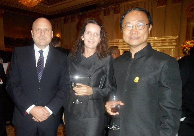 (Von links) der Direktor der Thai-Deutschen Handelskammer Dr. Roland Wein, Frau Dr. Christine Falken-Grosser, die Wirtschaftberaterin der Botschaft und Seine Exzellenz, der Minister für Digitale Energie und Gesellschaft, Pichet Durongkaveroj.