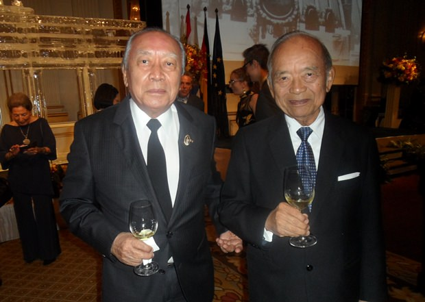 Der Präsident des Deutschen Hilfsvereins Chumpol Thiengtham (links) in Gesellschaft eines Freundes.