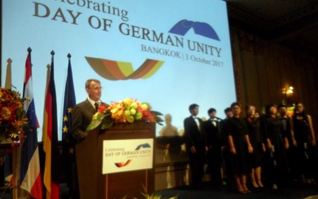 Botschafter Peter Prügel bei seiner hervorragenden Rede. Im Hintergrund der Chor der Mahidol Universität.