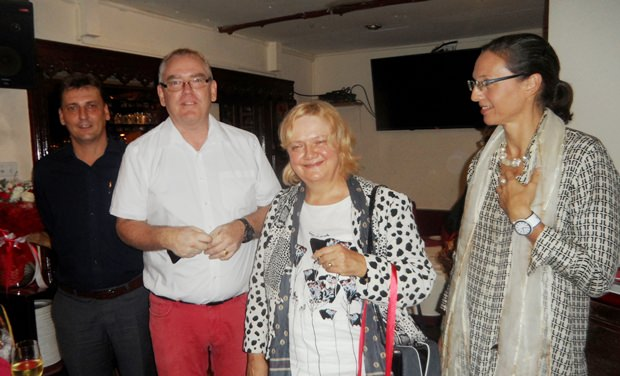"""Die Frau Botschafterin Dr. Eva Hager (Mitte) wird von TAS Sekretärin Caroline Braunsberger (ganz rechts) und """"bei Otto"""" Wirt Sven Michel und Manager Alexander von Wnuk Lipinski willkommen geheißen."""