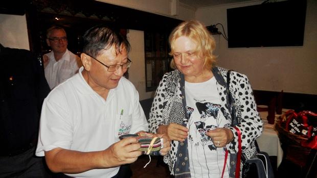 Dt. Waret Veerasai überreicht seinerseits ein kleines Willkommensgrschenk an Frau Dr. Eva Hager.
