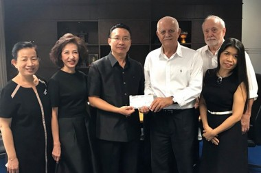 Auf dem Bild zu sehen sind (von links) Dr.Kittiwan Tiemkeaw, Psychiaterin, Dr. Parani Shawalut, Zahnärztin, Dr. Thoranin Kongsuk (Direktor der Klink), Chiang-Mai's Hoorarkonsul Hagen E. Dirksen, und die fleißigen DHV Mitarbeiter, das Ehepaar Thienthong und Manfred Krickau.
