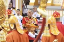König Maha Vajiralongkorn nimmt an den Trauerfeierlichkeiten für seinen Vster, den verstorbenen König Bhumibol Adulyadej, Rama IX, teil. (AP Photo/Kittinun Rodsupan)