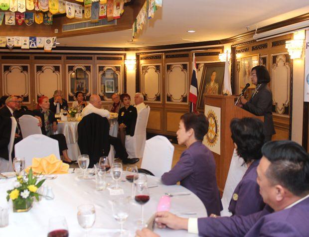 Gouverneurin Onanong Siripornmanut bei ihrer Rede.