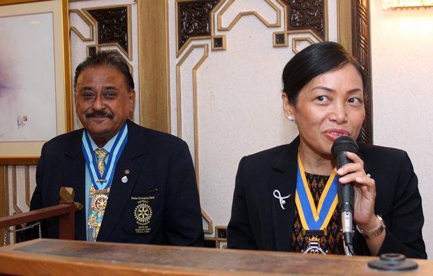 Pratheep S. Malhotra, ebenfalls ehemaliger Gouverneur mit RC Jomtien Präsidentin Nachlada Nammontree.