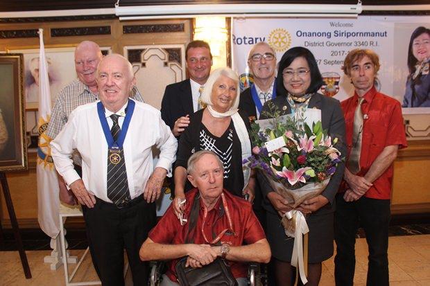 Gemeinschaftsfotos von den Rotary Mitgliedern mit ihrer neuen Gouverneurin.