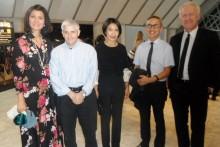 Der Schweizer Botschafter Ivo Sieber (ganz rechts) mit seiner Gattin Gracita Tolentino und Freunden vor dem Beginn der Show.