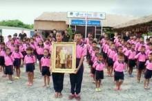 Im Drop-In Center der HNNFT nehmen auch Kinder aus anderen Ländern an den Feiern teil.