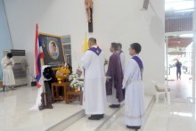 Die Priester halten eine Gednekminute ein für König Rama IX, dessen Todestag sich am 13. Oktober 2017 jährte.