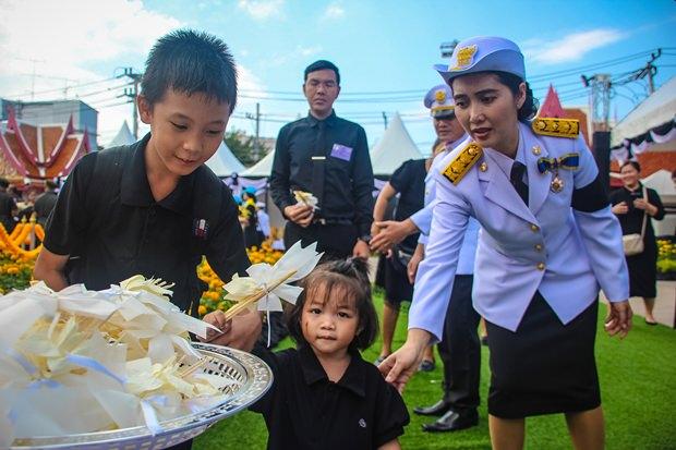 Auch Behinderte wurden nicht vergessen und ihnen wurde ein Extraplatz zum Ablegen der Blumen freigehalten.