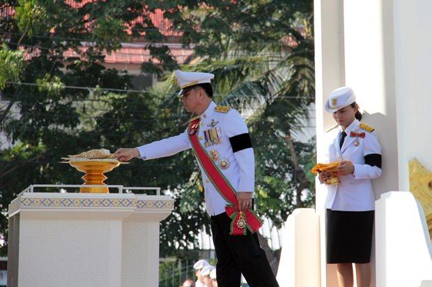 Chonburis Gouverneur, Pakaratorn Tienchai, leitet die Zeremonie vor der Chonburi Stadthalle.