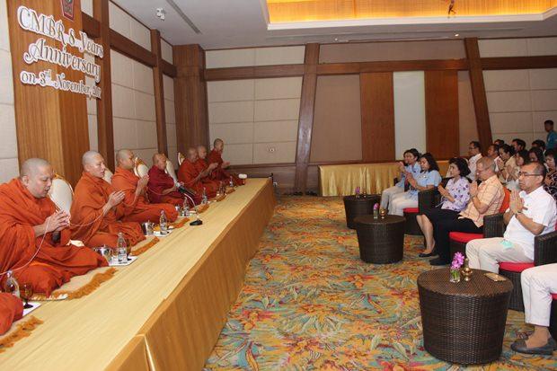 Generalmanager Andre Brulhart , General Manager mit seinen Angestellten bei der buddhistischen Feier.
