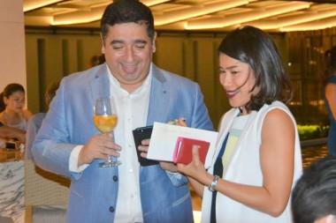 GM Shaurabh Jukreja, und Thansita Sirapastuwanon, der Direktor für Verkauf und Marketing des Renaissance Pattaya Resort & Spa stellen sich vor.