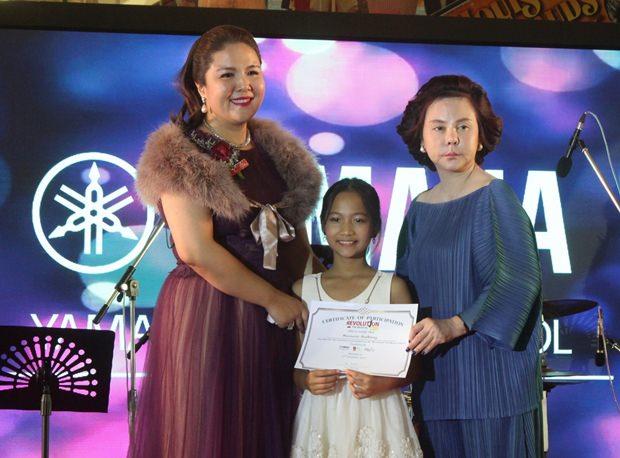 Darin Pantusak und Lalita Wimonphan vergeben 200 Zertifikate an die Kinder.