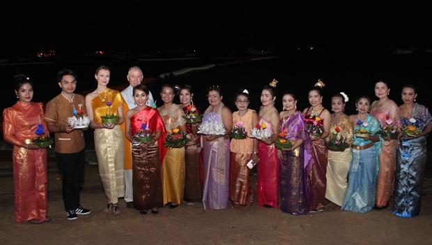 Viele Leute kamen in original Thai-Kleidung um zu feiern.