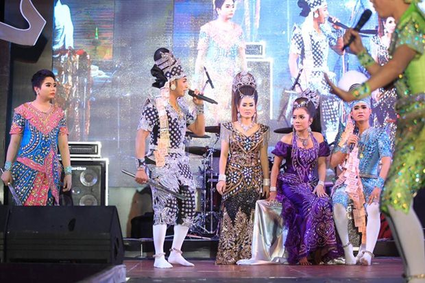 Thailand's führendes Likay Team mit dem bekannten Eakapong Singwijan.